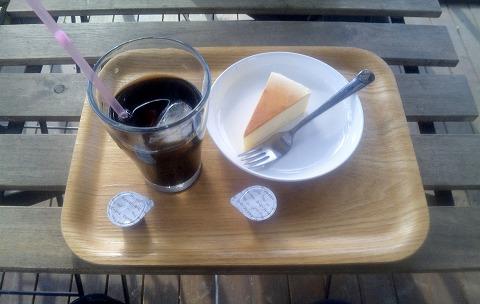 埼玉県所沢市北野1丁目にあるカフェ「ツリーハウスカフェ nicorico」アイスコーヒーとチーズケーキ