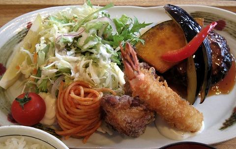 埼玉県入間市下藤沢にあるカフェ、ダイニングの「MAY 30.」和風ハンバーグ盛合定食のおかず