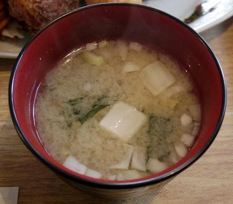 埼玉県入間市下藤沢にあるカフェ、ダイニングの「MAY 30.」和風ハンバーグ盛合定食の味噌汁