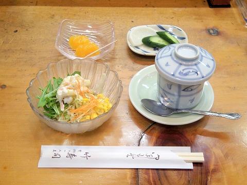 埼玉県越谷市千間台東2丁目にある寿司店「竹寿司」焼き魚セットのサラダ、香の物、茶碗蒸し、デザート