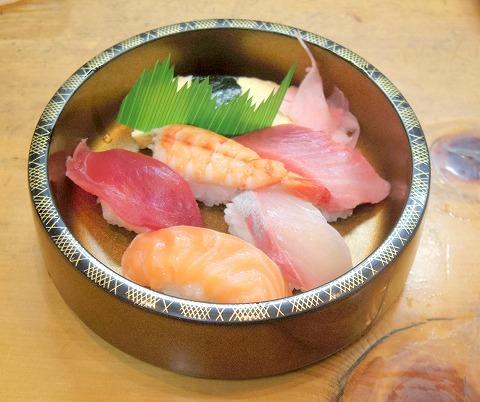 埼玉県越谷市千間台東2丁目にある寿司店「竹寿司」焼き魚セットの寿司