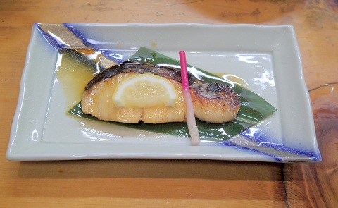埼玉県越谷市千間台東2丁目にある寿司店「竹寿司」焼き魚セットの焼き魚(さわら)