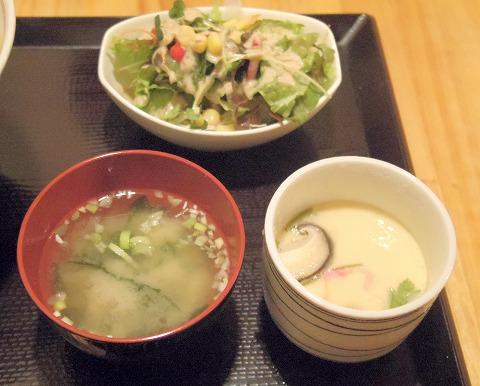 茨城県古河市仁連にある寿司、居酒屋の「真乃心」サラダと味噌汁と茶碗蒸し