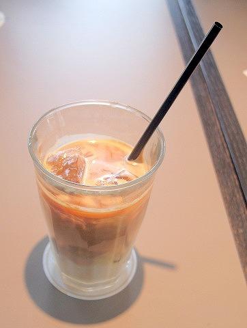 埼玉県さいたま市北区宮原町1丁目にあるカフェ「45CAFE」アイスカフェオーレ