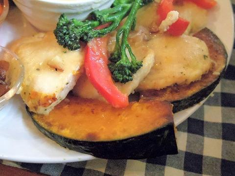 埼玉県越谷市大泊にあるカフェ「hana cafe」ランチプレートの鶏ムネ肉のレモンソテー
