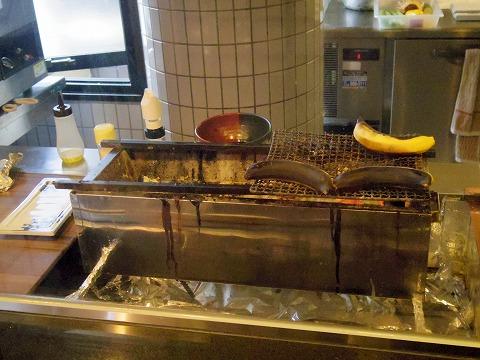 埼玉県さいたま市岩槻区本町3丁目にある和牛、野菜、炭火焼のお店「おくゆき」デザートのバナナを焼いているところ