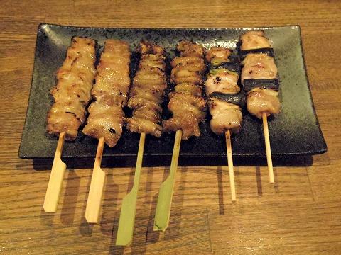 東京都文京区関口1丁目にある焼鳥店「やきとり皆の家」やきとり(鶏せせり、鶏皮、鶏ねぎ間)