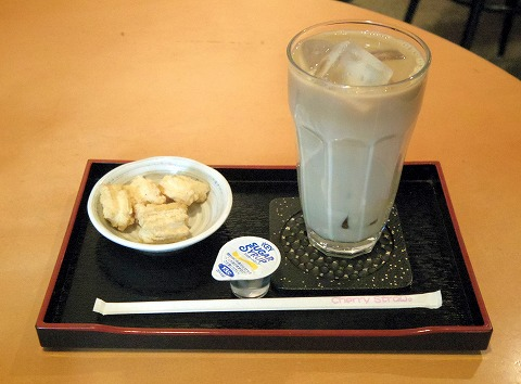 東京都文京区関口1丁目にある喫茶店「玉露園喫茶室」アイスカフェオーレとお菓子