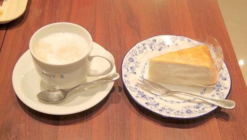 東京都練馬区光が丘2丁目にあるカフェ「DOUTOR COFFEE SHOP ドトールコーヒーショップ 光が丘店」ホットカフェオーレとミルクレープ