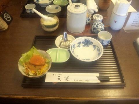 埼玉県所沢市北所沢町にある天ぷら店「てんぷら天健」特製てんぷら定食のサラダなど