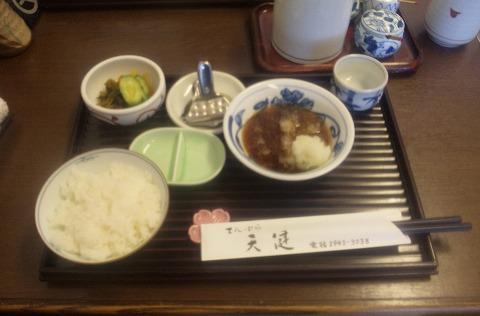 埼玉県所沢市北所沢町にある天ぷら店「てんぷら天健」特製てんぷら定食のご飯とお新香と天つゆ