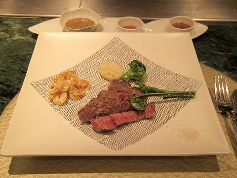 神奈川県川崎市川崎区砂子2丁目にある鉄板焼きの「Grill-Pan Zen  グリルパンゼン」季節の野菜と黒毛和牛もも肉ステーキ