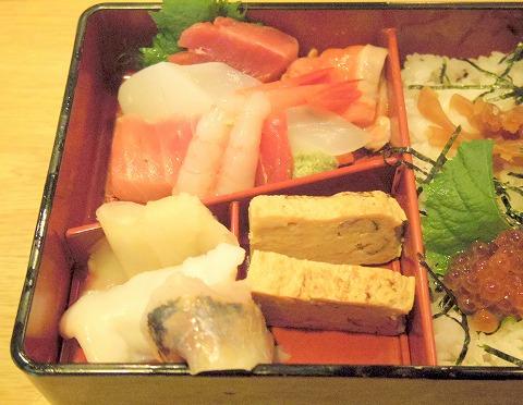 埼玉県春日部市備後6丁目にある鮨店「鮨勘」ちらしランチのちらし寿司の具材
