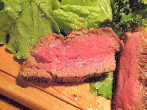 東京都練馬区豊玉北5丁目にある熟成肉のお店「練馬熟成肉団 肉賊カウぼーず」熟成知床牛ヒレ肉295g焼いた後