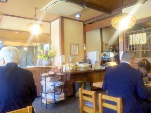 神奈川県横浜市鶴見区向井町1丁目にあるそば、天ぷらの「登茂吉」店内
