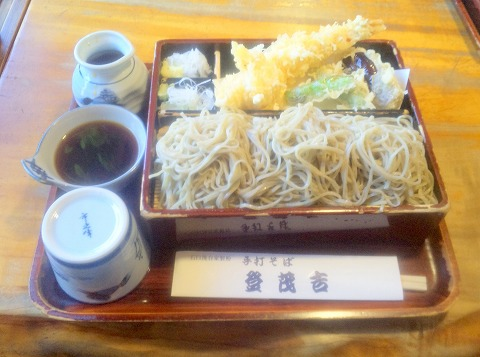 神奈川県横浜市鶴見区向井町1丁目にあるそば、天ぷらの「登茂吉」天せいろ
