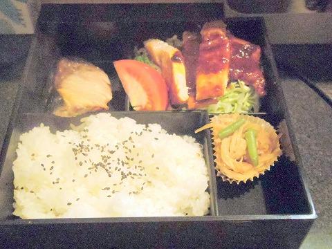 東京都大田区鵜の木1丁目にある居酒屋、食堂「キッチン あるま」日替わりお弁当ランチ