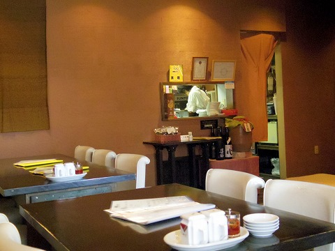 埼玉県入間市東町5丁目にある中華料理店「パオの食卓」店内