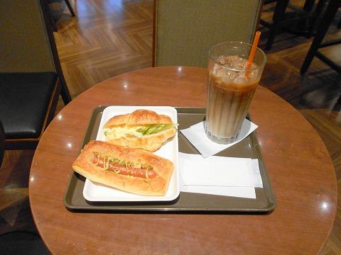 東京都練馬区光が丘5丁目にあるカフェ「サンマルクカフェ 光が丘IMA店」アイスカフェラテLサイズ、クロワッサンサンド(タマゴサラダ)あらびきウインナー