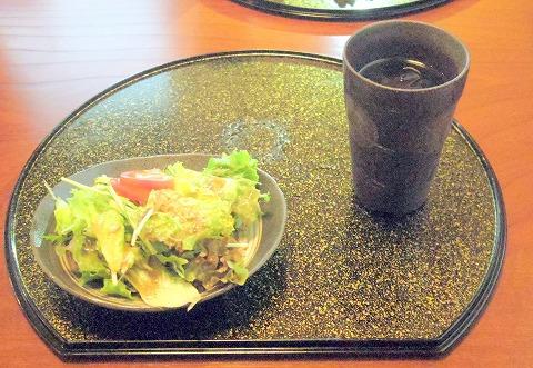 埼玉県越谷市大竹にあるステーキ、チーズ、ワインのお店「我流」 サーロインステーキ丼のサラダ、ドリンクセット