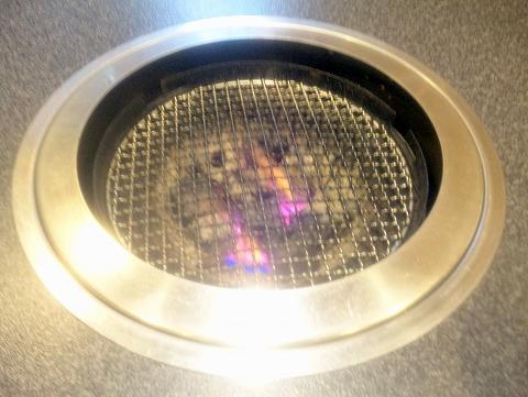 東京都練馬区春日町6丁目にある焼肉・ホルモンの「楽一」焼肉は炭火で焼きます