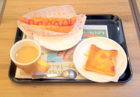 東京都立川市曙町1丁目にあるカフェ「ミスタードーナツ 立川北口ショップ」朝のミスドゴハンセット(あつあつジューシードッグ)とチーズとチキンのトマト煮込み