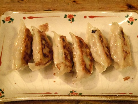 東京都新宿区新宿3丁目にある居酒屋「昆ぶ家 新宿三丁目店」特製鶏餃子