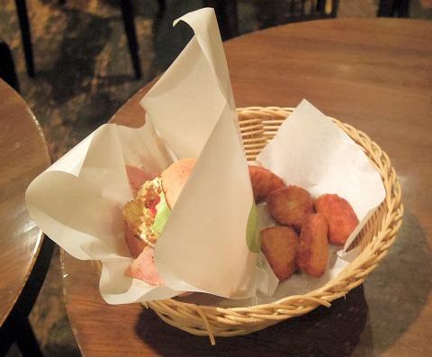 東京都中央区銀座8丁目にあるハンバーガーのお店「フレッシュネスバーガー FRESHNESS BURGER 銀座8丁目店」ベーコンオムレツバーガー(低糖質バンズ)と国産チキンナゲット