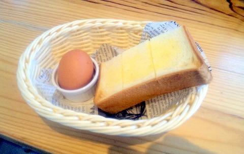 埼玉県越谷市大字大字弥十郎にあるカフェ「ヒナノ珈琲 越谷店」モーニングサービスのトーストとゆで卵
