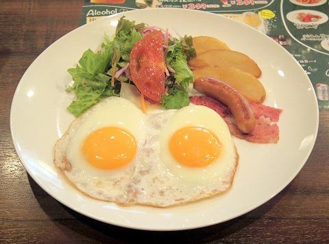 東京都立川市曙町2丁目にあるファミリーレストラン「ジョナサン 立川北口店」目玉焼きモーニングセット、主食はソイブレッドで
