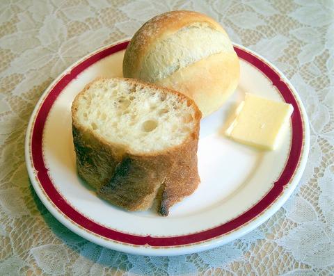 埼玉県さいたま市見沼区深作3丁目にあるフランス料理店「トロワ・ボー  Trois Beaux」Bランチのパン