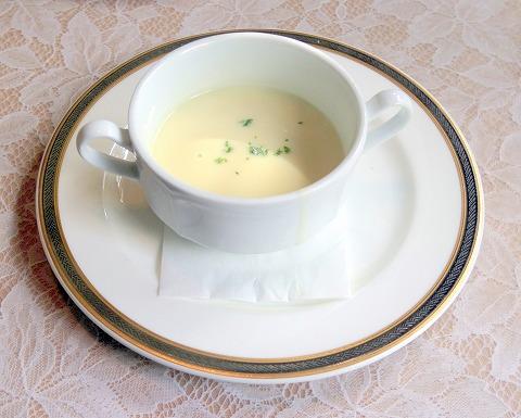 埼玉県さいたま市見沼区深作3丁目にあるフランス料理店「トロワ・ボー  Trois Beaux」Bランチのスープ