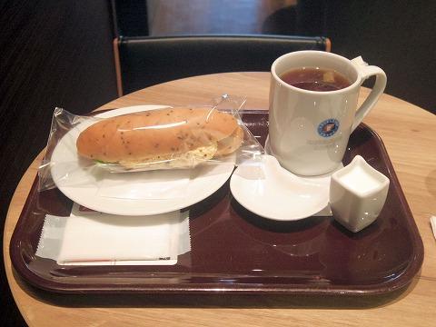 東京都江東区亀戸5丁目にある「EXCELSIOR CAFEE エクセルシオールカフェ 亀戸店」セサミブレッドたっぷりタマゴサラダサンドとホットティー