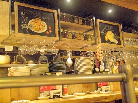 東京都江東区亀戸2丁目にあるイタリアンの「Italian Kitchen VANSAN 亀戸店」店内
