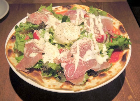 東京都江東区亀戸2丁目にあるイタリアンの「Italian Kitchen VANSAN 亀戸店」生ハムとブラターチーズのサラダピザ