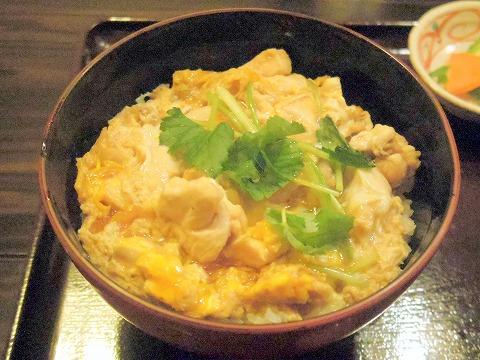 茨城県水戸市南町1丁目にある和食、郷土料理の「五鐵 夢境庵」軍鶏親子丼上と味噌汁、香の物、デザート