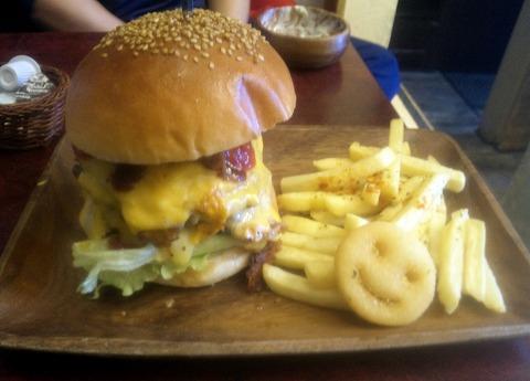 埼玉県入間市東藤沢3丁目にあるハンバーガー店「The Hamburger Stand MilesAway ザ・ハンバーガースタンド マイルズアウェイ」JAWS