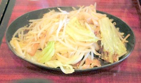 茨城県水戸市元吉田町にある定食・食堂の「ぶたまる食堂  元吉田店」肉野菜炒めライスと半熟卵と冷奴