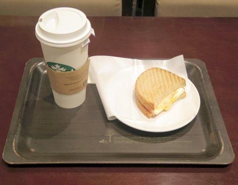 千葉県千葉市中央区新千葉1丁目にあるカフェ「スターバックスコーヒー ペリエ千葉店」アールグレーティー(Ventiサイズ)と ハムエッグホットサンド