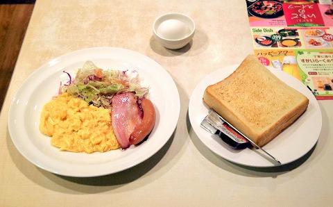千葉県千葉市中央区富士見2丁目にあるファミリーレストラン「ガスト 千葉中央店」スクランブルエッグ&ベーコンソーセージセットとゆで卵