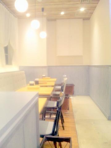 東京都足立区千住3丁目にある洋食店「新宿中村屋 Olive House Kitchen 北千住マルイ店」店内