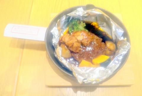 東京都足立区千住3丁目にある洋食店「新宿中村屋 Olive House Kitchen 北千住マルイ店」ビーフハンバーグシチューのホイル包み焼きトリュフ風味