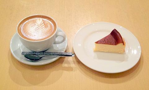 神奈川県川崎市中原区木月1丁目にある喫茶店「水谷珈琲」とろけるチーズケーキとホットカフェラテのセット