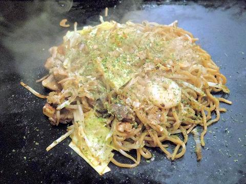東京都葛飾区青戸3丁目にあるお好み焼、もんじゃ焼の「おか乃」焼きそばスペシャル