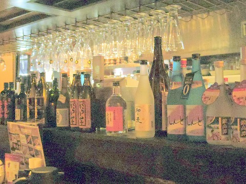 東京都大田区鵜の木2丁目にある居酒屋「鵜の木ひもの屋」店内