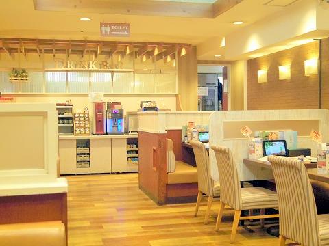 千葉県千葉市中央区富士見1丁目にあるファミリーレストラン「ジョナサン 千葉駅前店」店内
