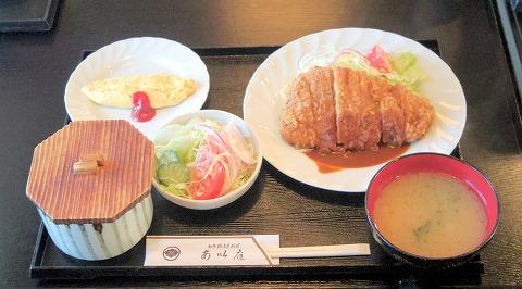 埼玉県さいたま市緑区中尾にある洋食、和食の「あい庭」黒豚ロースカツ(生野菜添え)