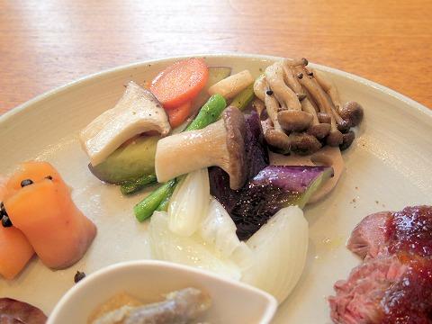 東京都日野市南平7丁目にある「ボクらの食卓」阿蘇赤牛ローストビーフ&淡路鶏と南阿蘇産無農薬野菜お任せワンプレート