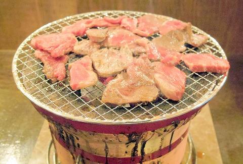 千葉県千葉市中央区富士見2丁目にある焼肉店「七輪焼肉 安安 千葉中央店」七輪で肉を焼いているところ