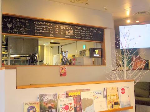 神奈川県横浜市中区本牧原にあるハンバーガー、カフェの「BURGER'S+CAFE  hasamu」店内